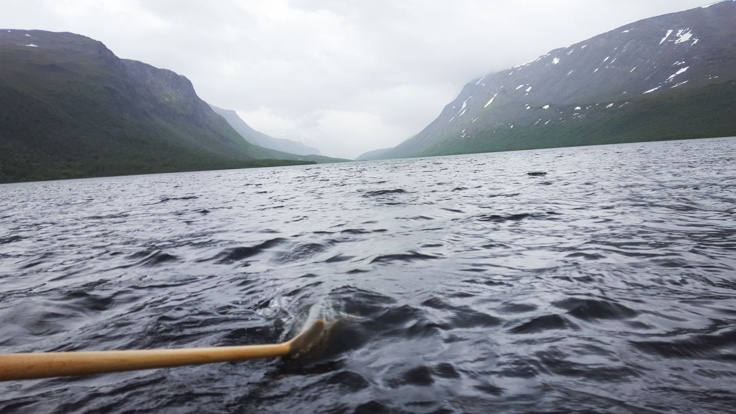 rowing over teusajaure - kungsleden - Photo © Amanda Matti